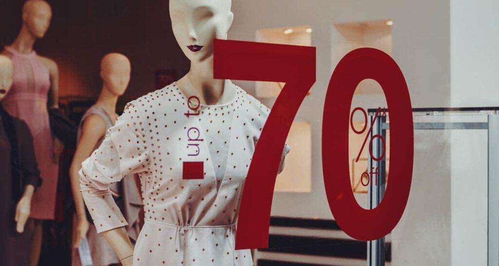 vetrina con sconto 70% sul vestiario