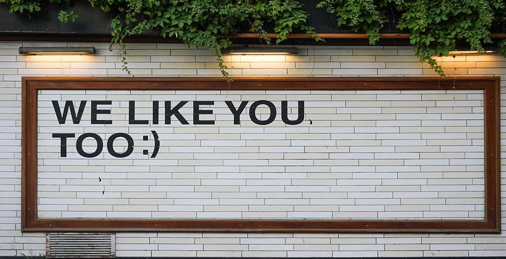 "scritta ""we like you"" su muro"